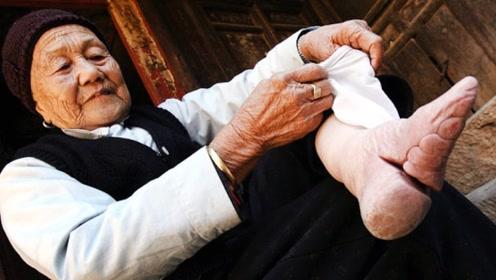 """老奶奶自幼""""裹脚"""",脚掌50年无人见过,双脚比手掌还小!"""