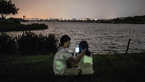 萤火演讲:夜幕下二代民工的湖边爱情 手机里的微光成另类风景线