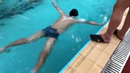 游泳教练不合格,教了三天我还是纹丝不动,我不配下水
