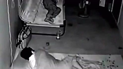 出租屋内夫妻俩正在熟睡,突然工友闯了进来,接下来一幕让人傻眼