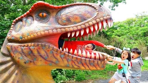 闪电把地面劈出一个坑,小萝莉跳入探险,竟然是个恐龙园!