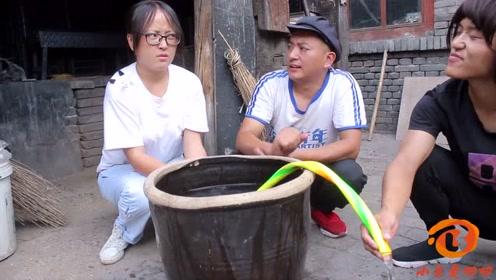 一根水管一个装满水的水缸,谁能用水管抽出水就能吃辣条,太逗了