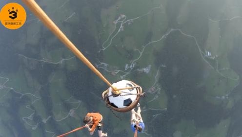 两个开挂老外,在2000米高空踢足球,这球技可以进世界杯了