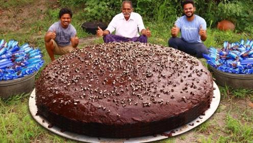 农村爷爷制作巨型巧克力蛋糕,分给小朋友,孩子们吃的太开心了!