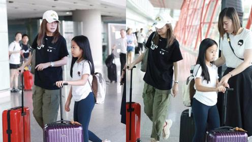 赵薇带女儿现身机场,小四月黑长直发亭亭玉立,酷似当年的小燕子