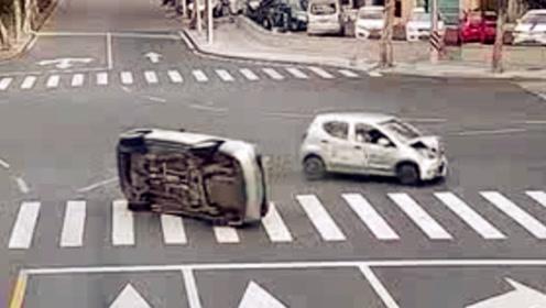 出租车路口被撞翻 过往路人齐救援