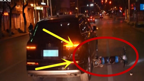 男子骑车只顾往后看,一头撞上前车,当场丢了性命!