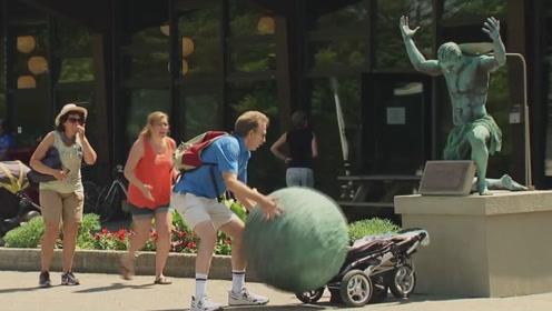 老外街头装扮雕像,将石头砸向婴儿车,路人目睹过程吓到崩溃!
