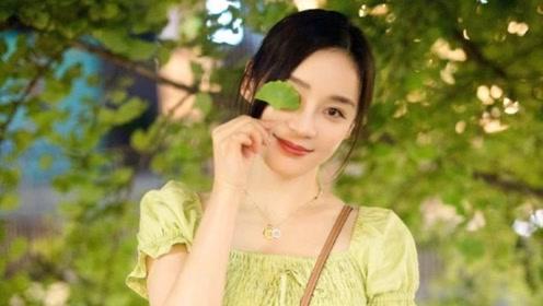 """她被誉为""""马甲线女王"""",穿绿色修身裙甜美可爱,一点不像32岁"""
