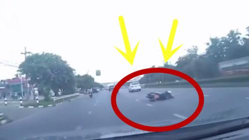 夫妻俩骑车路上突然摔倒,回看后车记录仪,真相让人愤怒!