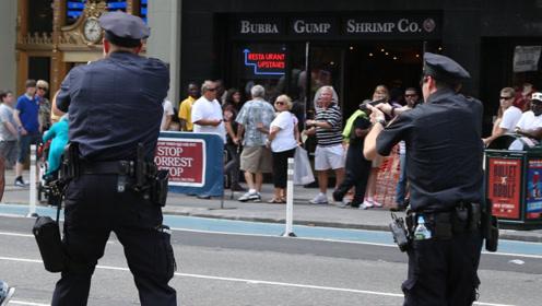 男子拒绝投降,还朝美国警察开枪,警察打光子弹将其击毙!