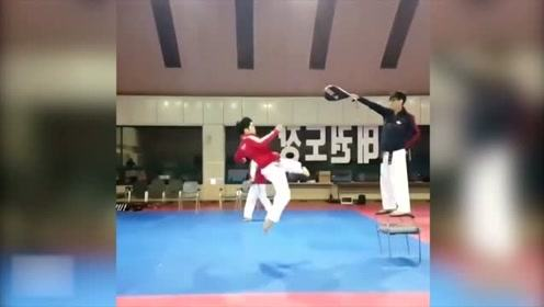 跆拳道高手们各种神仙操作,飞起一脚比人都高!挨一下谁还能站着