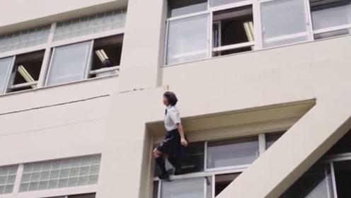 日本女孩太猛了?上学快迟到了,直接攀岩走壁上高楼!