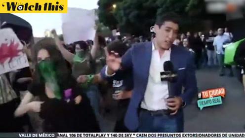 墨西哥男性记者在报道女权抗议时被打 不停遭受言语行为双重攻击