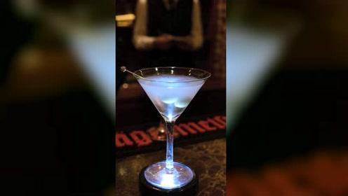 饮品师用14秒制作3杯经典马天尼饮品