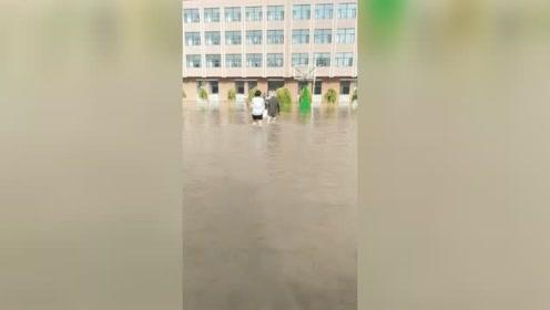 吉林长春降雨致双阳河堤决口 城区内涝,近6000人转移安置