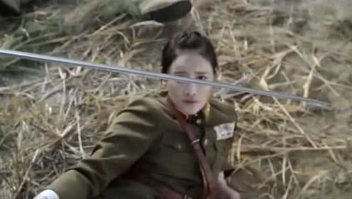 美女长官被小鬼子追杀,不料冲出一个大头兵,竟摔翻大马救了她!