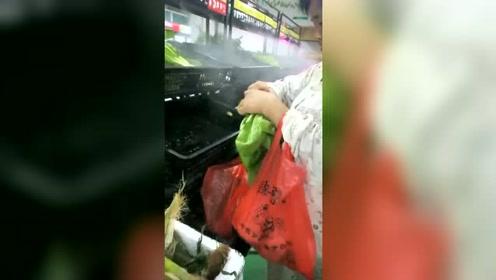 蔬菜已经半价了,大妈还要把菜根摘了,这小便宜占得有点过分了