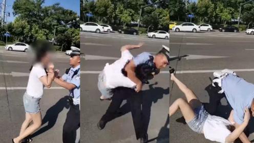 成都女子未系安全带被罚款当场撒泼,交警警告无效后当场抱摔按倒