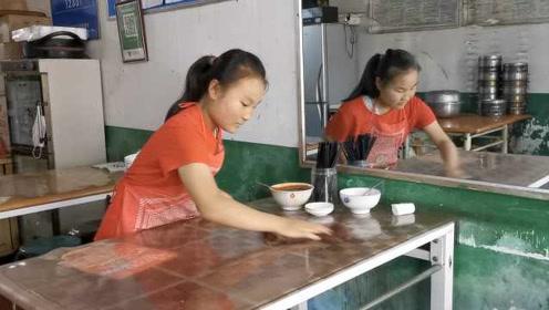 14岁女孩假期奔餐馆端盘洗碗:父母起早贪黑辛苦,不想他们累