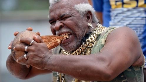 男子用牙齿7秒就咬开一个椰子,是练成了铁牙?咬椰壳就像啃甘蔗