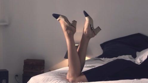 美女花7000多买的香奈儿高跟鞋,宁愿把床弄脏,都不愿意脱!