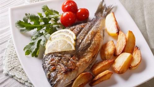 煎鱼时,先倒油是大错特错,加上第1步,鱼不破皮还不粘锅