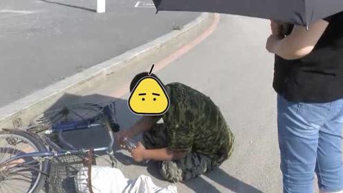 拾荒男子癫痫倒地,路过女子帮撑伞,还给他钱买药