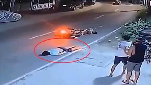 摩托车小伙疯狂飙车,3秒后悲剧降临,家人看完监控彻底崩溃!