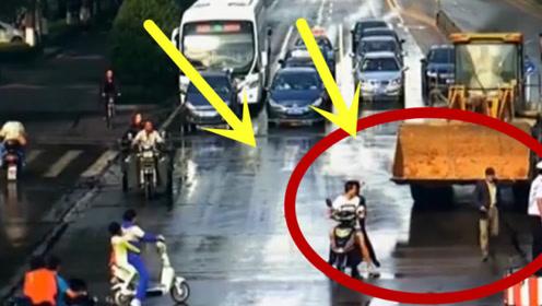 疯了!男子开铲车路口疯狂砸车,警车遭掀翻!