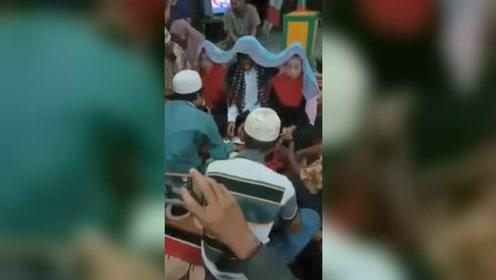 牛人!印尼男子花5元彩礼娶两位新娘:不忍其中一人受伤