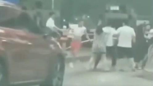 高速口争道抢行引发路怒 双方叫来兄弟伙群殴