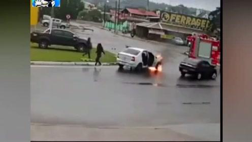 小轿车出事早不如出事的巧,人还没报警,消防车就来了