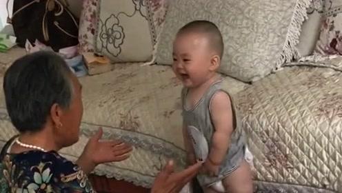小宝宝和太奶奶玩得可高兴了,一遍一遍开心的大叫,激动的不得了