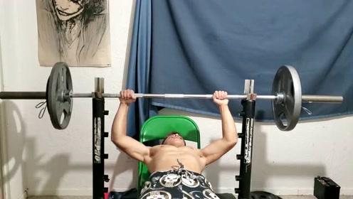 14岁少年练推举,臂力太惊人了