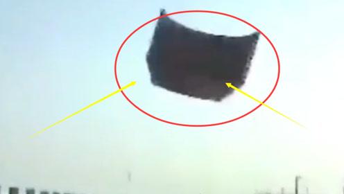 高速突然飞来巨物 挡风玻璃瞬间爆裂 女司机吓到尖叫!