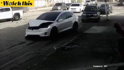 特斯拉停车时失去控制横冲直撞 车身不断转圈乱撞吓坏旁人