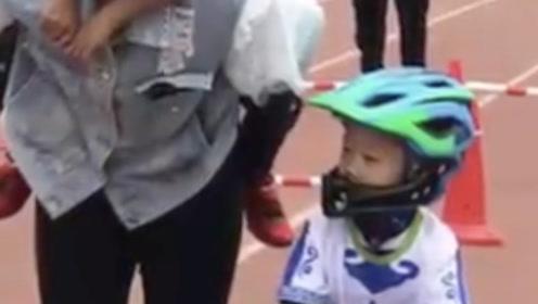 言传身教!孩子发烧想放弃比赛,妈妈背娃扛车跑到终点