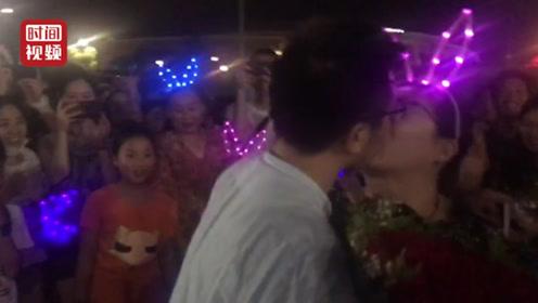 演唱会后理工男浪漫求婚女友 数百名围观群众神助攻:嫁给他!