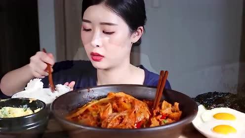 韩国美女吃货,吃辣白菜、五花肉、煎蛋,发出咀嚼音,吃得特别香