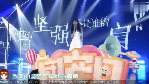 郑爽生日会演唱《我要的坚强》,白色长裙加天使翅膀造型也太美了