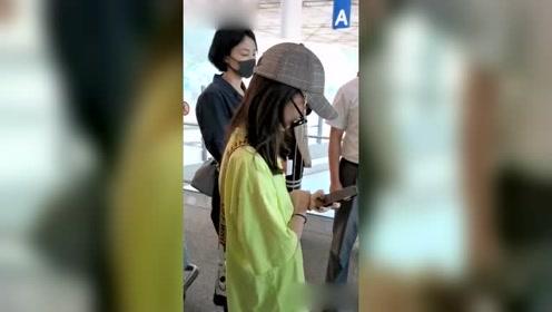 王菲和小女儿现身机场 13岁李嫣红色指甲油身高快赶上妈妈