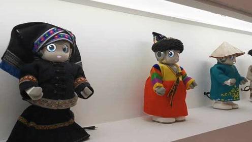 萌萌机器人也玩cosplay!穿少数民族服饰有的还能倒水写字