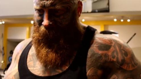 满脸纹身的巨形壮汉,4年的牢狱生活,靠健身改变他的人生