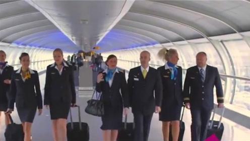 为何高铁上的女乘务员都要穿丝袜上班?原因你可能不敢相信