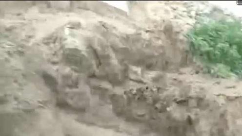 青海暴雨致积水泥石流:车辆被埋,他们徒手挖出