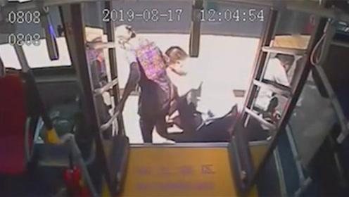 济南一老人腿脚不便下车困难 公交司机用手当台阶助力