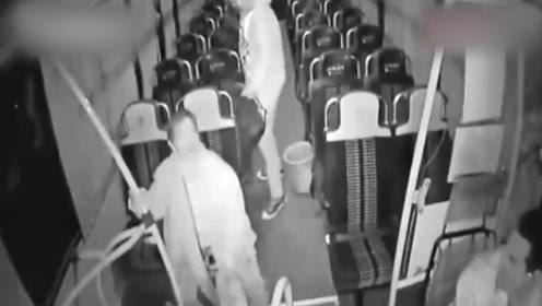 """""""鬼呀!救命啊""""!末班车司机打手机被吓得尖叫,乘客也吓了一跳"""