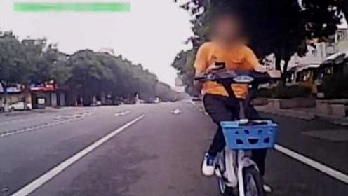 监控:低头族骑车玩手机,追尾面包车撞碎挡风玻璃