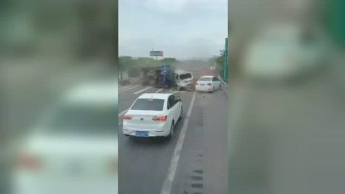 长沙一货车高速爆胎致6车相撞多人被困,后车司机目睹吓到结巴